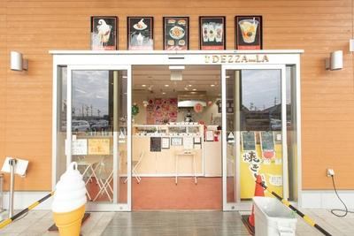 店はJA産直市場内にあるが、ココ専用の入口も完備している。フルーツサンドのみ、ぐぅぴぃひろば内で販売している / フルーツ工房 デザーラ