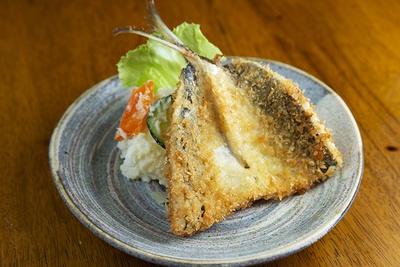 「神奈川あじフライ」(500円)は、コロモがフワフワッ!手作りのポテトサラダも人気