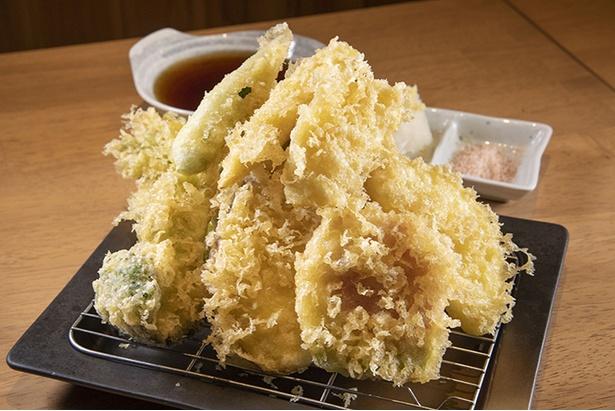 コーンなど三浦から仕入れた野菜を用いた、「ヤマヤ名物11種三浦野菜の天ぷら盛り」(580円)。 塩か天ツユで