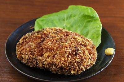 「チキンメンチ」(300円)は、店で各鶏の部位をミンチし、注文後に揚げる。肉の旨味が際立つ