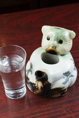 「たぬき(小)」(620円)。日本酒は兵庫の「白鹿」で、このタヌキの徳利で出される。 焼鳥は箸が出されないので注意を