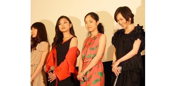 美しい女優が4人そろったステージ