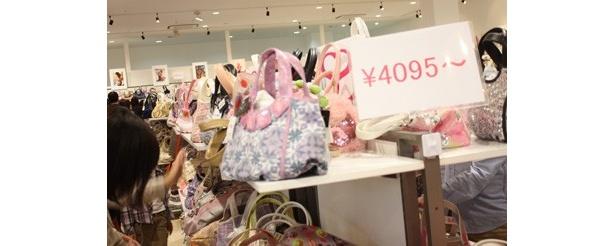 カラフルな柄やストーンなどの装飾が施されたかわいいバッグが「3686円」や「4095円」という値段で買えてしまう!