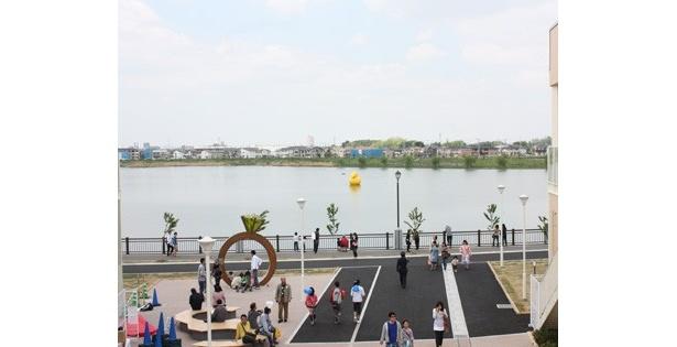 """また広々とした施設内には、花や緑を取り入れた休憩スペースやその名のとおり""""湖""""が望める広場などもある"""