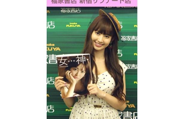 最新ソロ写真集「女の子の神様」を発売した小嶋陽菜