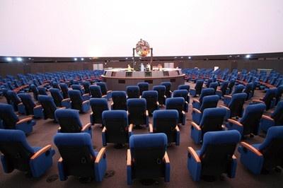 直径40メートル・内径35メートルの巨大な球体の中に入ると、中は広々と350席!