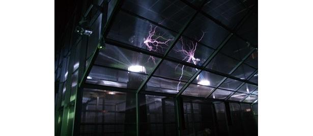 巨大な爆音と火花とともに120万ボルトの電気が放たれる「放電ラボ」