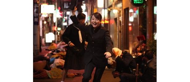 学ラン姿で夜の街を疾走する堀北真希が見られるのは本作だけ!?