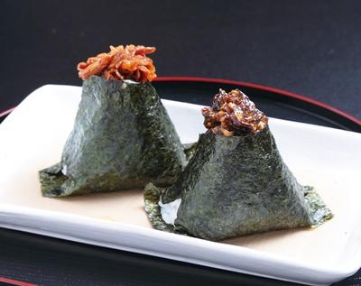 ピリ辛牛肉(189円、左)、昆布マヨネーズ(170円、右)/おにぎり家一粒 梅田1階店