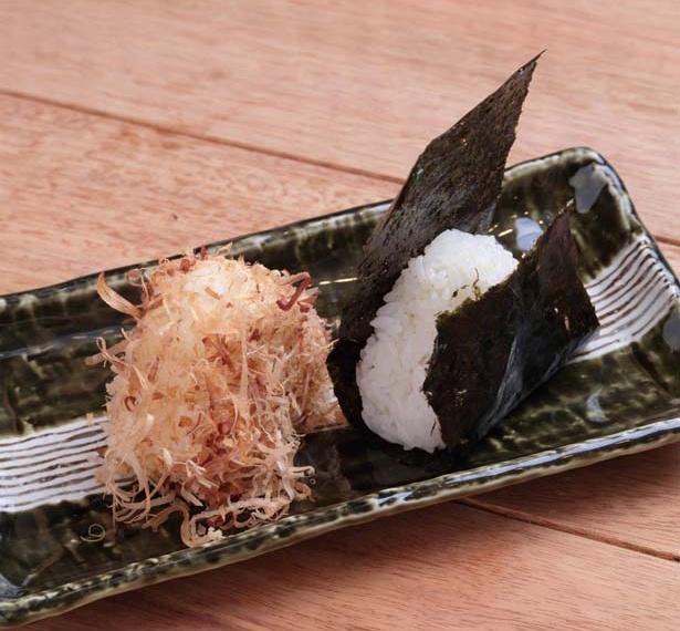 自家製のカツオ塩が効いたにゃんこ三昧(280円・左)/おにぎり竜