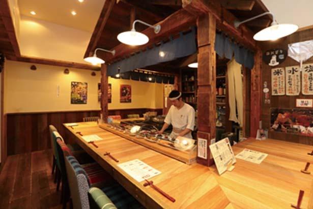 屋台をイメージしたアットホームな空間が広がる。ドリンクは日本酒やお茶ハイなど約30種/おにぎり竜