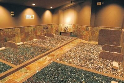 """トルマリンやトパーズ、ヒスイ、メノウなど、いわゆる""""宝石""""を用いた岩盤浴ルームが増加中だ"""