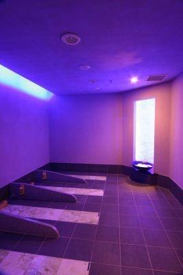 「横浜みなとみらい 万葉倶楽部」ではヒスイ入りの岩盤浴ルームを完備