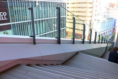 外の階段の途中には屋外広場や休憩スペースも。ゆったり過ごせるスポットだ