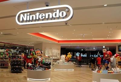 たくさんのスタチューが出迎えてくれる広々とした「Nintendo TOKYO」店内