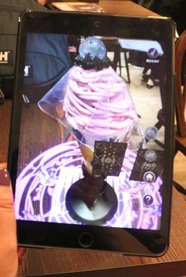 「ティフォニウム・カフェ」ではタブレットのAR技術を通してパフェを見ると華やかな映像が出現。新しいスイーツ体験を提供している