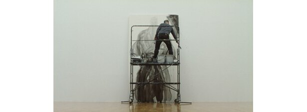 縦3mのキャンバスに武蔵を描く井上さん