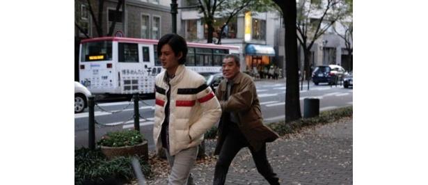 佳乃の父・佳男(柄本明)は大学生の増尾圭吾(岡田将生)に襲いかかる