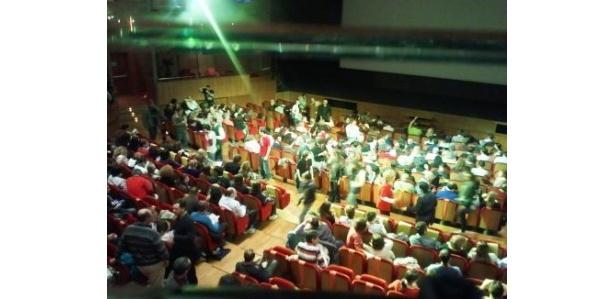 スクリーンは上映を待つ観客の熱気にあふれている