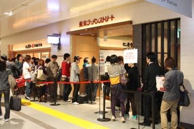 GWは朝から晩まで、常に平均約30分~40分待ちの「東京ラーメンストリート」入り口付近。中でも一番の行列は「六厘舎TOKYO」だ!