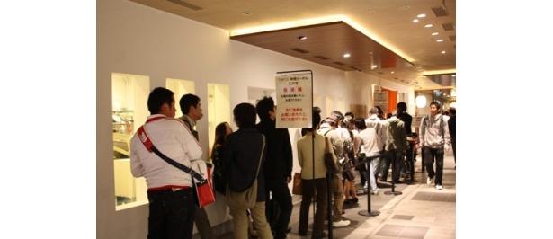 「麺や七彩/TOKYO味噌らーめん 江戸甘」は休日の17時ごろ、約30分待ちだった