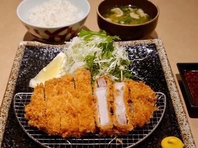 昼限定ロースかつ定食(1280円、ディナー時は1480円) / 三匹の黒豚
