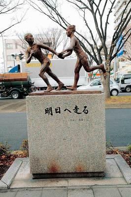 鶴見中継所では駅伝の銅像がお迎えします!