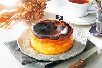 MAKKURO バスクチーズケーキ(12cm、1800円、税込)/バスクチーズケーキ専門店 MAKKURO ホワイティうめだ店