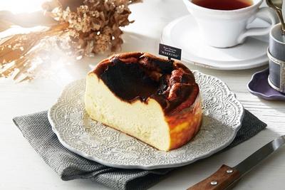【写真を見る】こんがりながら、中はとろけるシルキーな口当たりになっている/バスクチーズケーキ専門店 MAKKURO ホワイティうめだ店