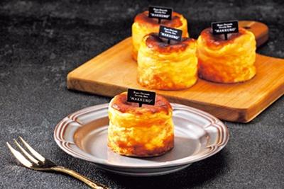 手のひらサイズ(6cm、400円、税込)もあり。味わいは同じでサイズ感だけが違うので、1人用や手みやげなどにも最適/バスクチーズケーキ専門店 MAKKURO ホワイティうめだ店