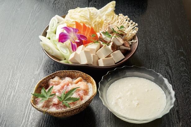 鶏プル発酵鍋の具は塩こうじに漬け込んだ鶏モモ肉と新鮮野菜など/炭焼き・幸