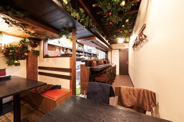 木を多用した温かい雰囲気の店内/炭焼き・幸