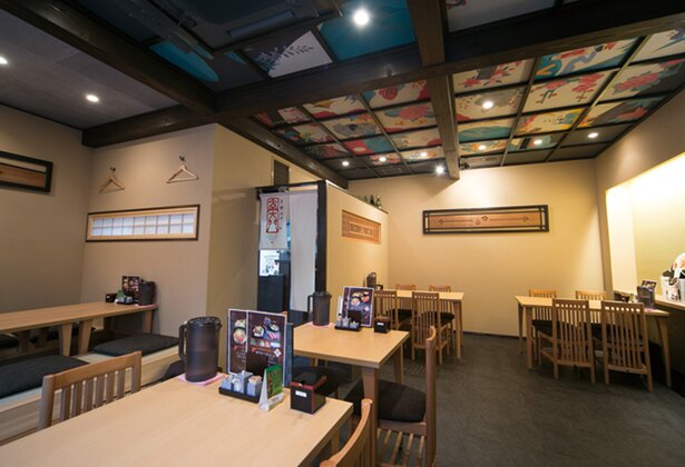 「京都ステーキ 南大門 錦店」の店内は天井画が描かれた和のテイスト。座敷席も用意されている