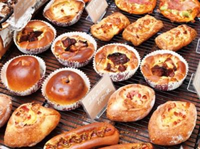 店内にハード系やデニッシュなど少数精鋭のパンが並ぶ/パン処 太陽