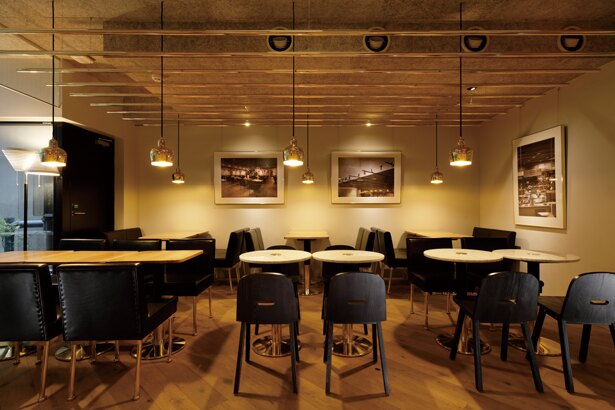 黒のレザーや真鍮フレームの椅子など、独自の世界観が広がる/CAFE AALTO