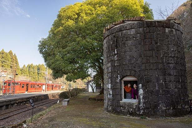 大畑駅の巨大な石積みの給水塔は、SLの運行時、水を補給するために建てられたもの