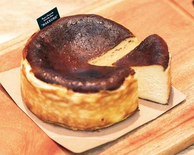 「バスクチーズケーキ(12cm)」(1800円)は、コクはあるがあと味はすっきりで、チーズの甘味と酸味を堪能できる