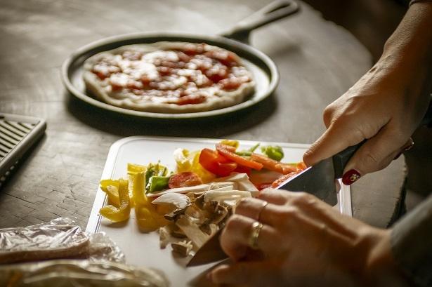 具だくさんで食べ応えのあるピザ!「康平が食べやすいように小さめにカットします」とママ