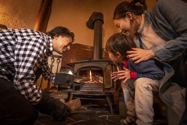 「パパ、すごいね。火ってこうやってつけるんだ!」と、作業の様子を見守る