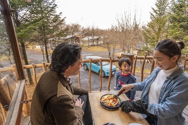 ピザをカットするママ。「さぁ食べよう!生地が薄めだから、パリパリでおいしいよ~」
