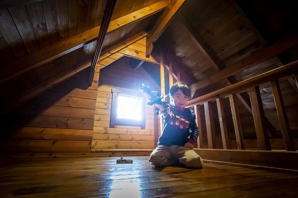 持参したおもちゃで大はしゃぎの康平くん。「パパとママも上に来てみてよ。窓からの眺めすごいよ!」