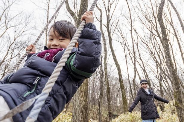 ママに思いっきり押してもらって、木のブランコを満喫!