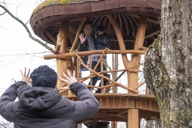 吊り橋のせいで若干テンションが下がった康平くん。パパに抱っこされながら、「怖かったのちょっとだけだもん」