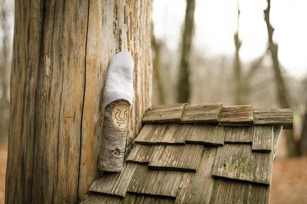 木の家の上にいるコロモック。妖精たちはそれぞれ設定があり、名前もついているらしい