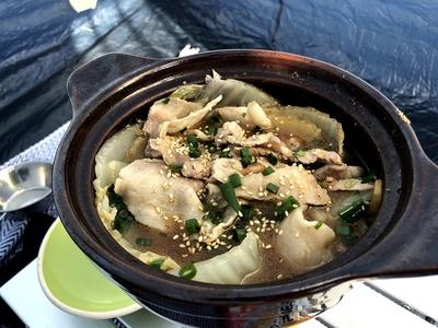 インスタント麺の粉末スープを使った鍋にも挑戦。シメにはもちろんラーメン投入です! 凝ったものではなく、ササッと手間ひまかけずに作れるもの。それが私流そとごはんのテーマですね