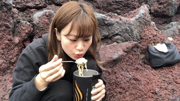 マンガを読んだときから食べてみたかった「よくばりウインナー麺」! 家でも簡単に作れますが、あえて外で、しかも溶岩に囲まれる中で食べるのが私のこだわり(笑)