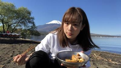 【写真】食べるときも真剣な私(笑)。富士山の雄大な姿を望みながらのそとごはん。目の前に絶景が広がっていれば、何を食べてもおいしく感じること間違いなしです!