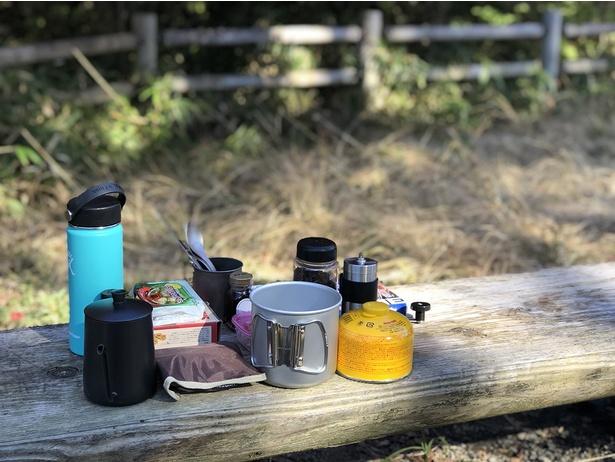 私の基本装備はこんな感じ。絶景を眺めながら自分で淹れたコーヒーを飲むのがずっと前からの夢だったので、コーヒー豆やミル(右上のシルバー)は絶対に欠かせません!