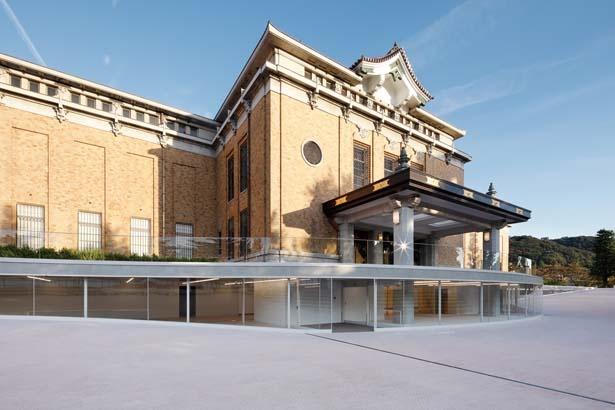 美術館正面の新たな顔となる地下エントランスの左右には、新コンセプトのカフェとミュージアムショップも開業する/京都市京セラ美術館(京都市美術館)