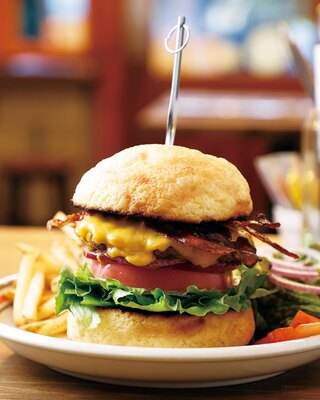 【写真を見る】メロンパンではさんだ限定バーガー!牛肉の香り&肉汁と絶妙に合う「メロンパンバーガー」(1350円) / MEIHOKU Burger